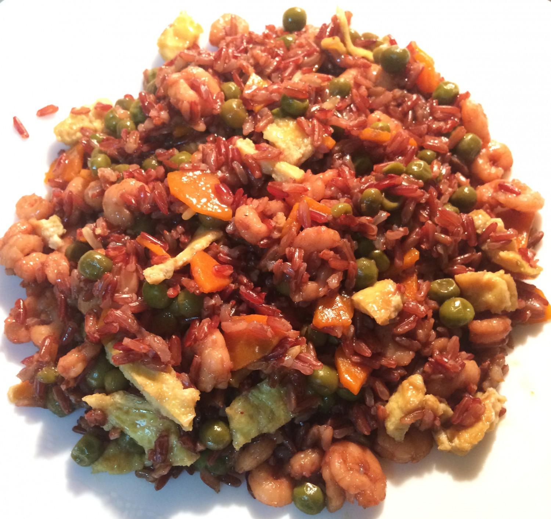 riso thai rosso con verdure e gamberi